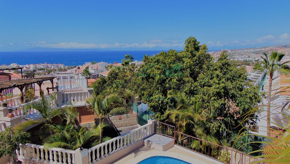 Apartamento de 3 dormitorios con piscina privada y jardin en Urb. Los Naranjos, San Eugenio Centro, Adeje