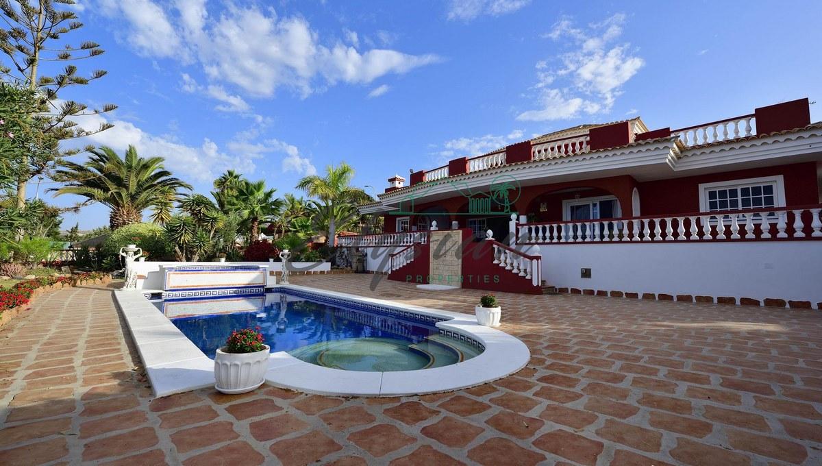 Se vende Magnifica villa de lujo en Playa Paraiso, Tenerife sur, con vistas panorámicas al mar, la Gomera y el Teide.